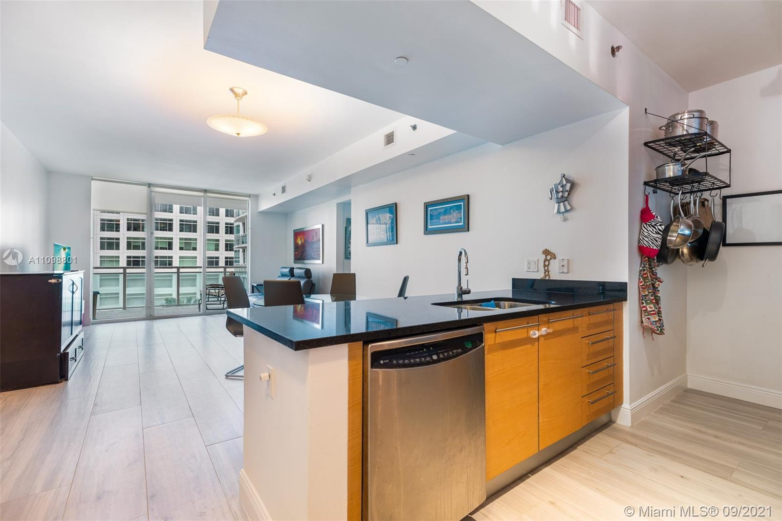 Welcome to the best deal in all of Brickell & Plaza Brickell for a large 1bed/1bath updated corner u