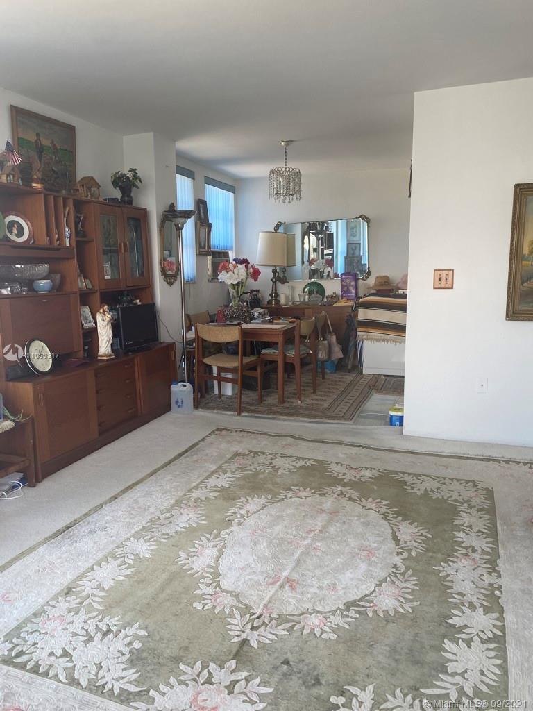 GREAT LOCATION!!! CONER BUILDING ONLY 3 BLOCKS FROM THE BEACH, CLOSE TO RESTAURANTES, SHOPPING, PLAC