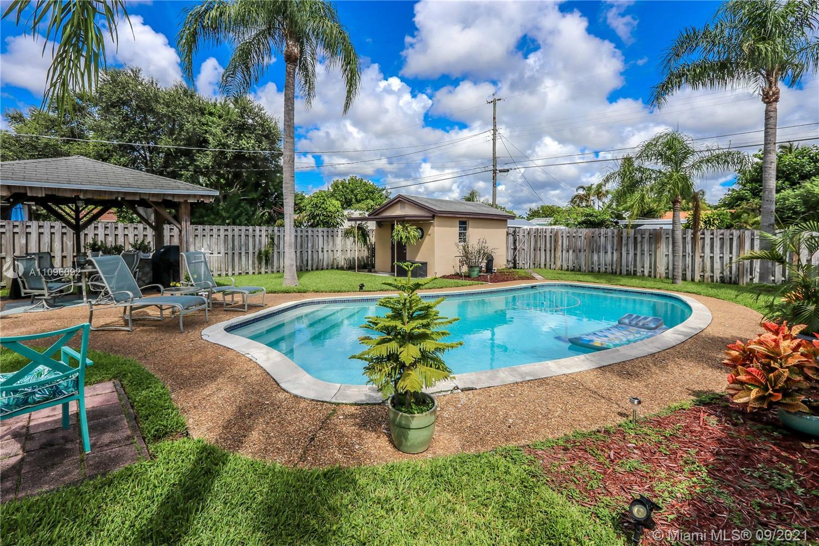 GREAT LOCATION 2 BED / 1 ½ BATH BEAUTIFUL POOL HOME! FEATURES LARGE FOYER ENTRANCE USED AS A DINING