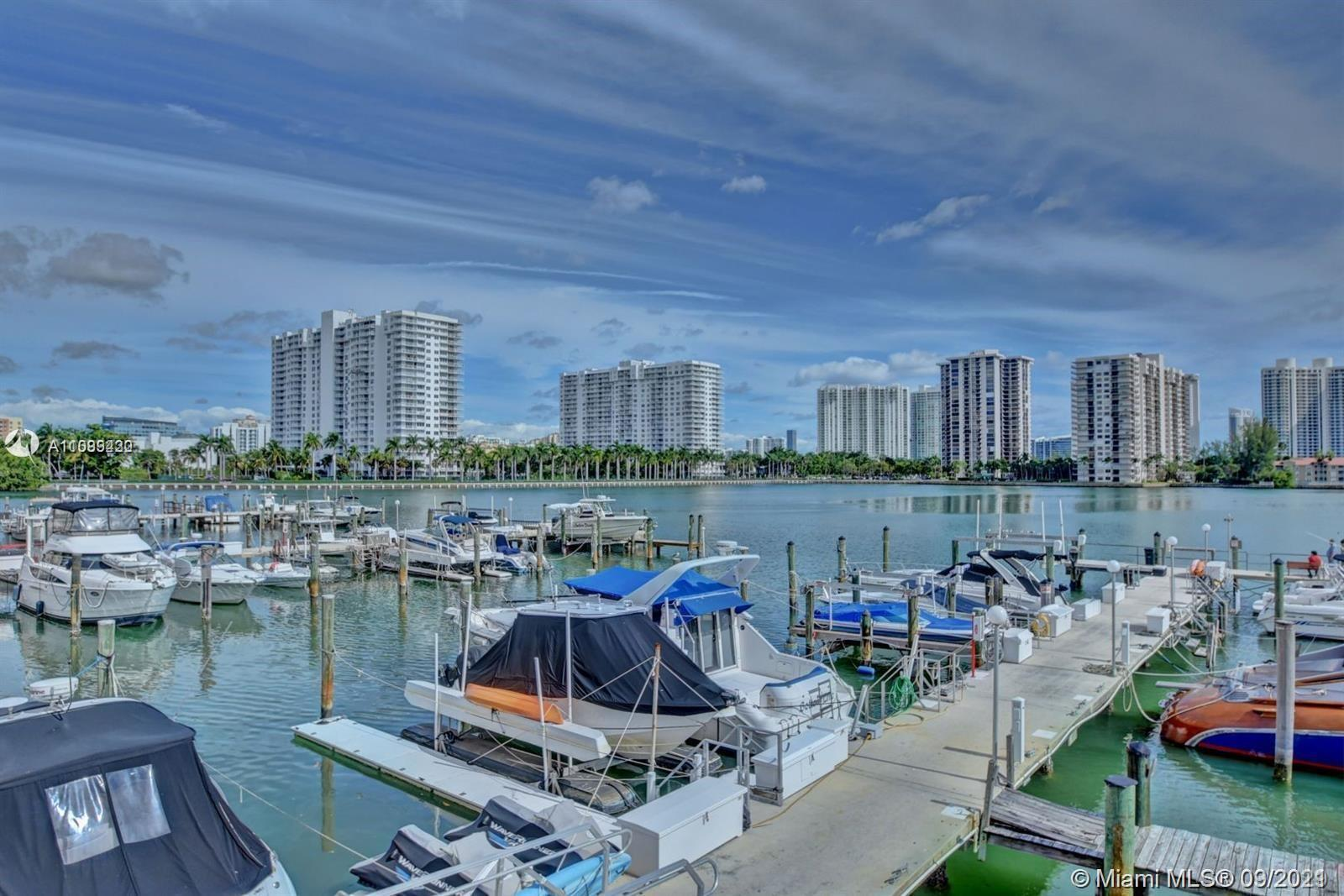 Condo Located in the Heart of Aventura! This 1 Bedroom 1 full bathroom comes fully furnished. Rare t
