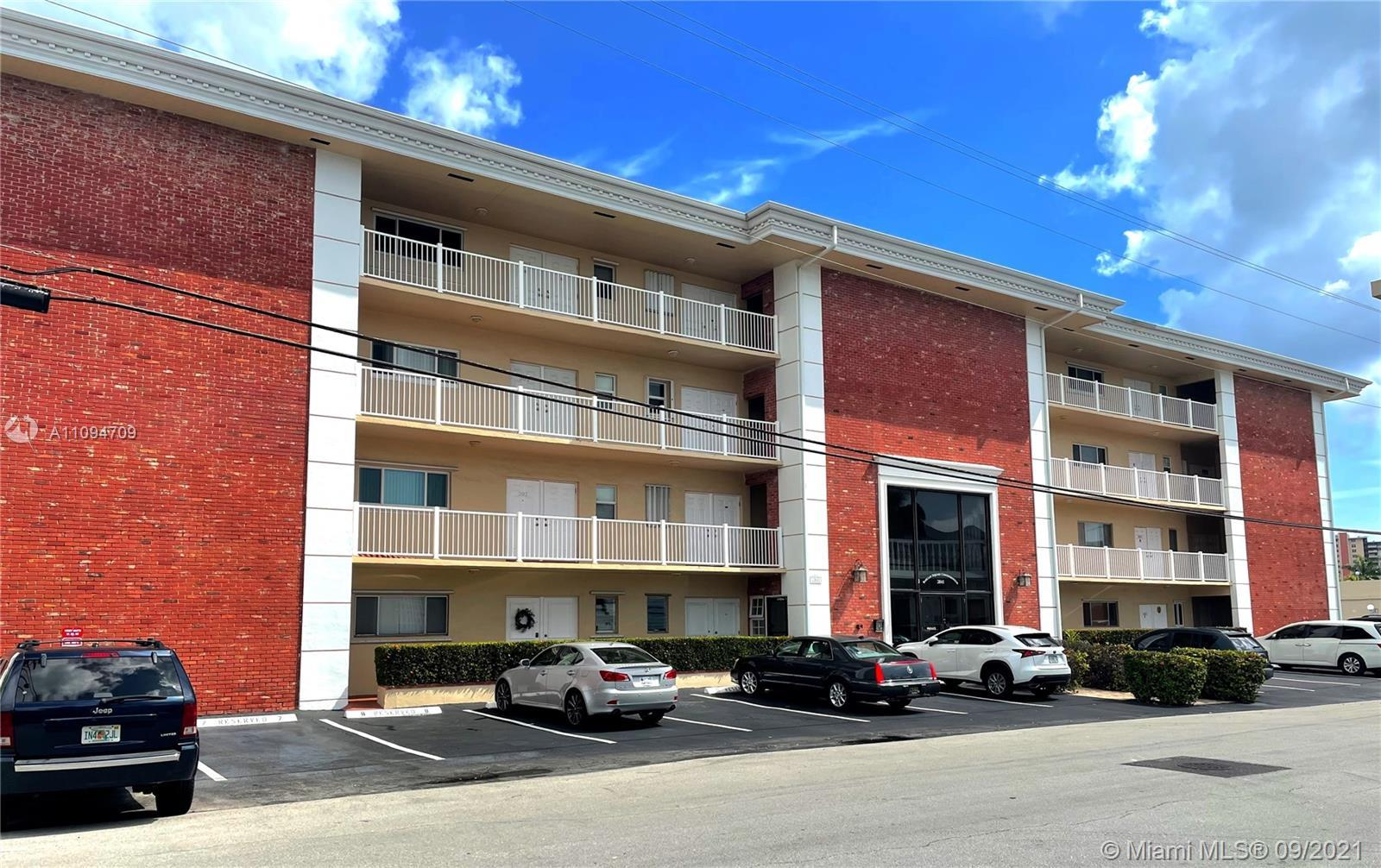 Barclay Square condo 2/2  in Coral Ridge! Wow! Amazing potential Large 1000 SF overlooking docks wit
