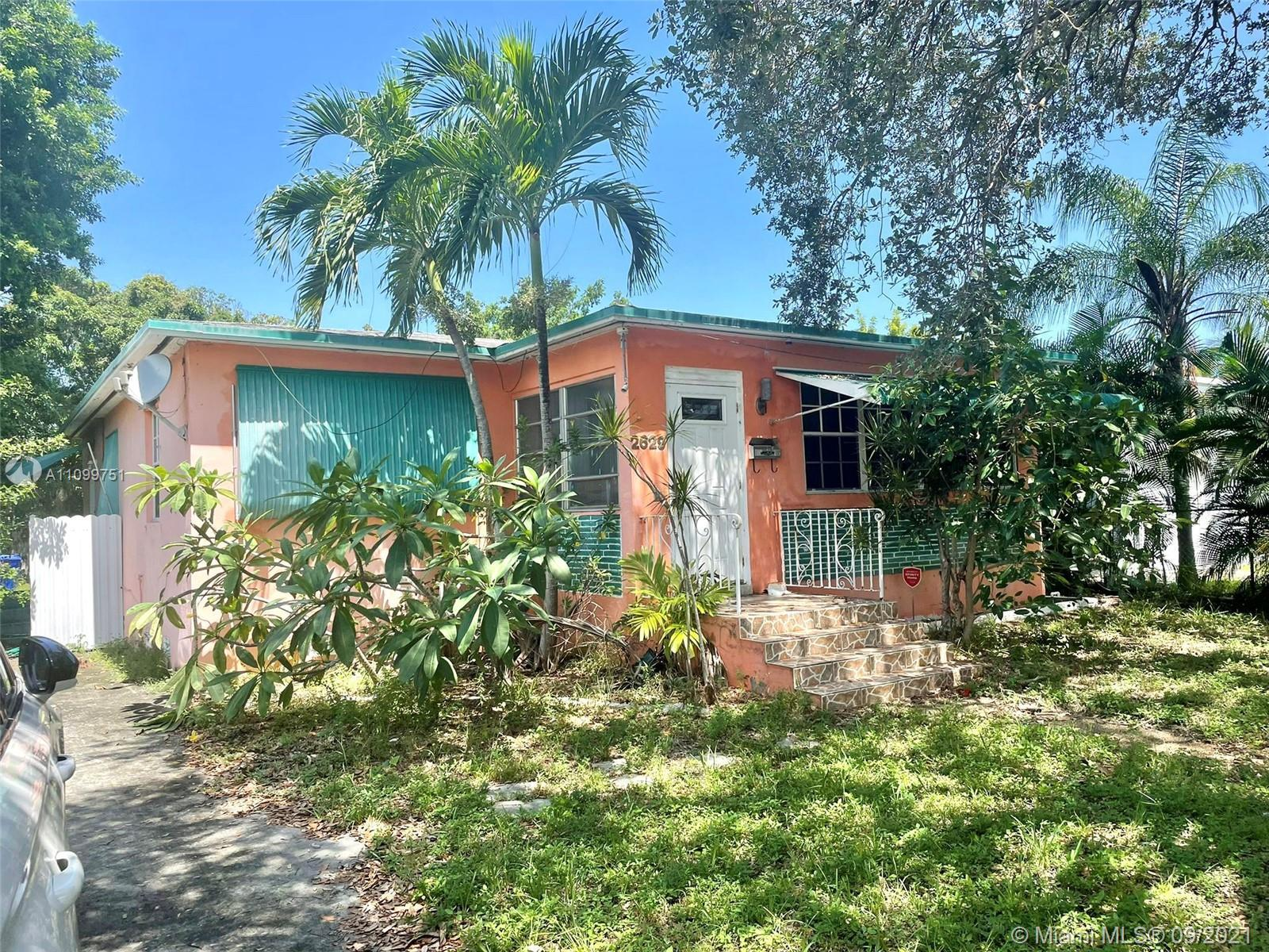 Calling all investors and first time homebuyers! Superb location in East Hollywood, minutes to Downt