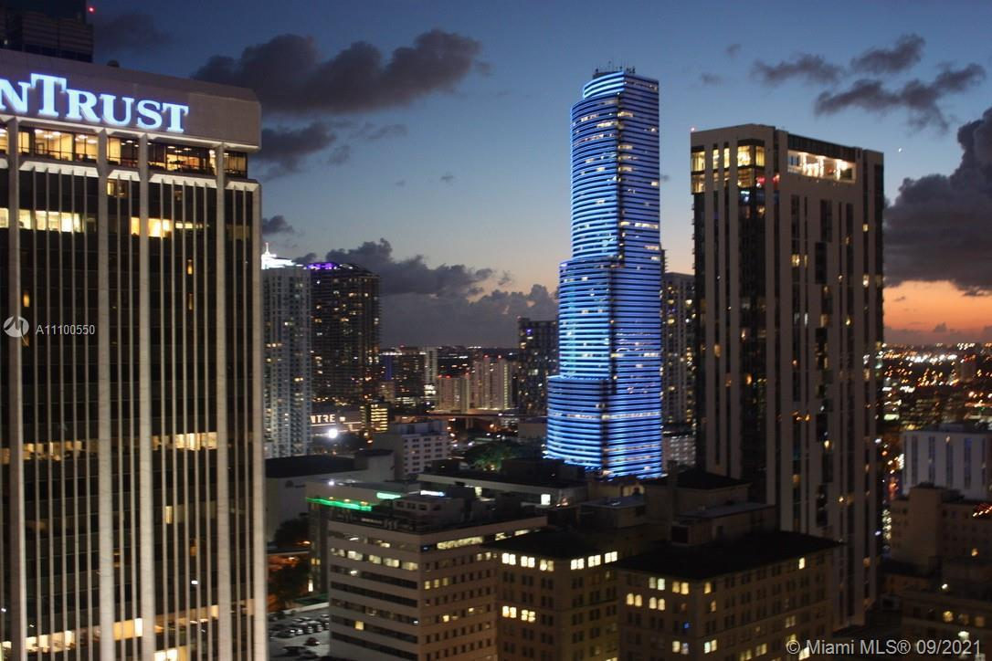 Welcome to Downtown Miami ICONIC and Best Located Building, 50 Biscayne Condominiums ! Offering coz