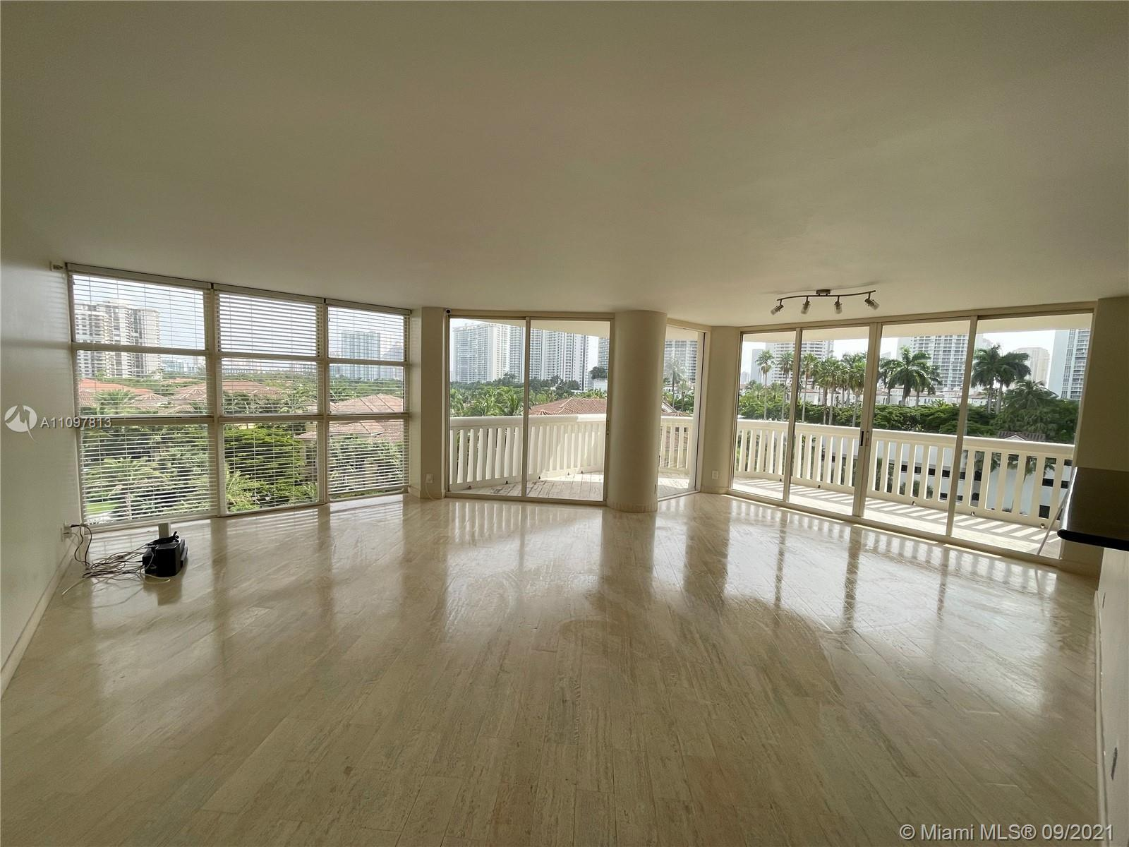 LARGE CORNER APARTMENT ON THE LUXURIOUS WILLIAMS ISLAND. PANORAMIC VIEWS IN ALL DIRECTIONS. 3 BEDROO