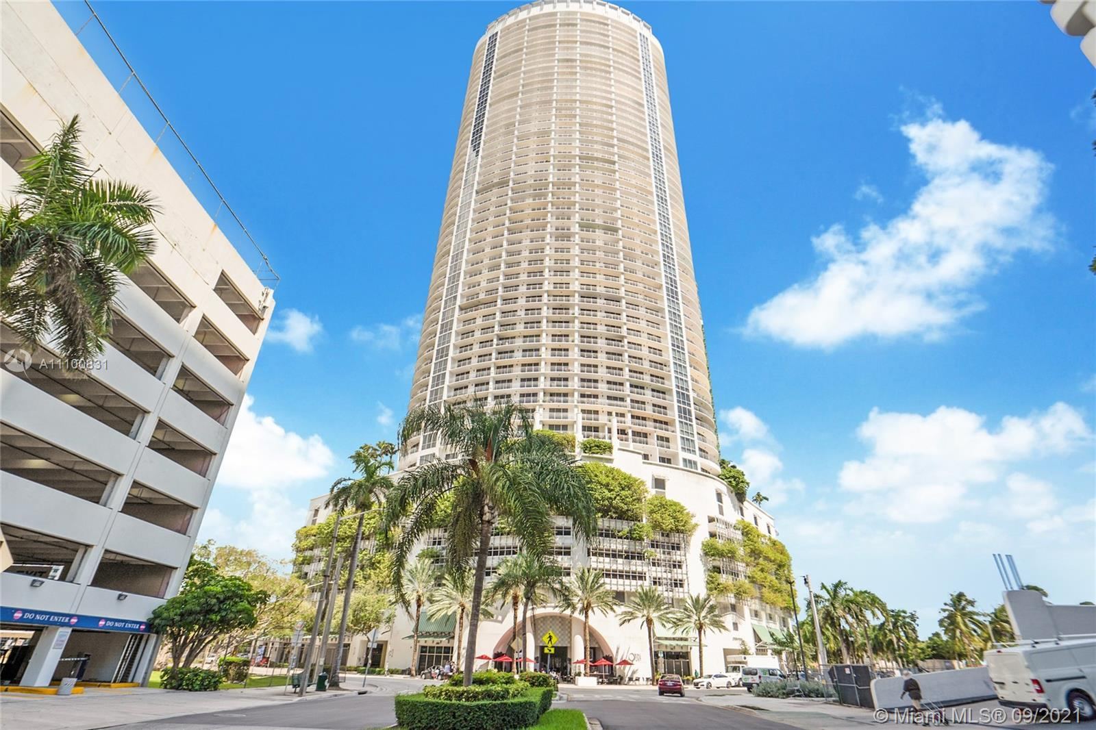 Beautiful 1 bedroom, 1 bathroom condo with espectacular bay views from living room and master bedroo