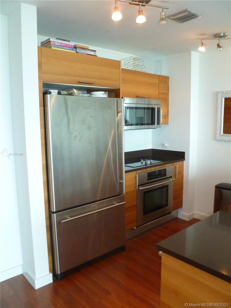 Beautiful  spacious 1/1,5 unit in the Four Midtown Miami. Lots of natural light with amazing  city v