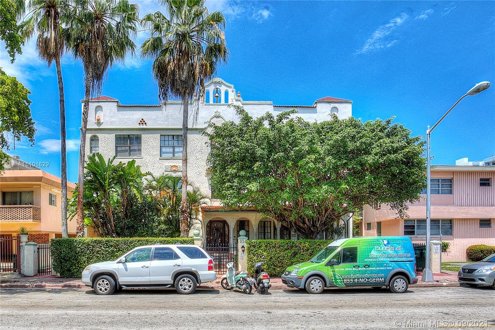 Spacious 1/1+ den in the beautiful mediterranean building located on very quiet street, close to fla
