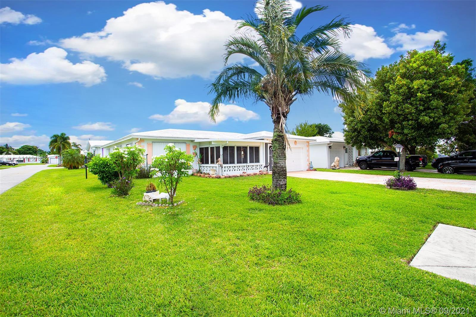 55+ Community. Wonderful, Move in Ready Large Corner House in Pompano Beach! 2 Bedrooms / 2 Bathroom