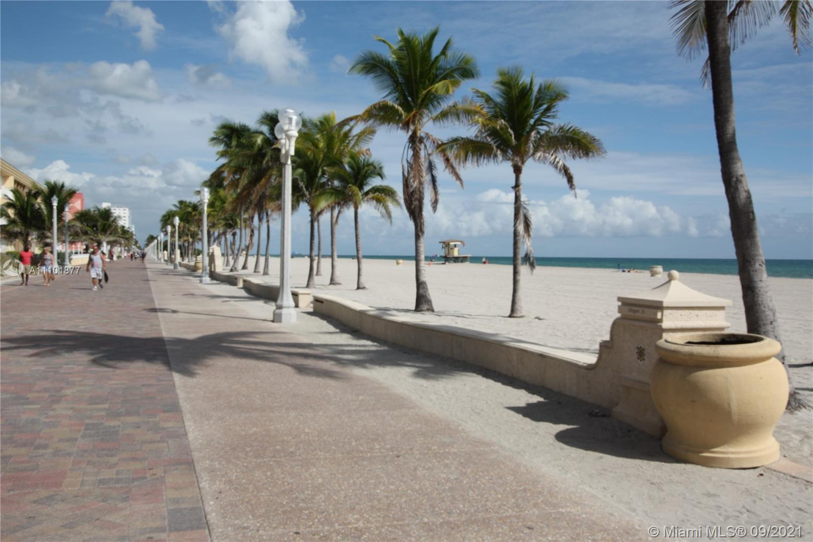 Oceanfront Building unit with spectacular views!Hollywood Beach living at it's finest!2 bd/2 bth uni