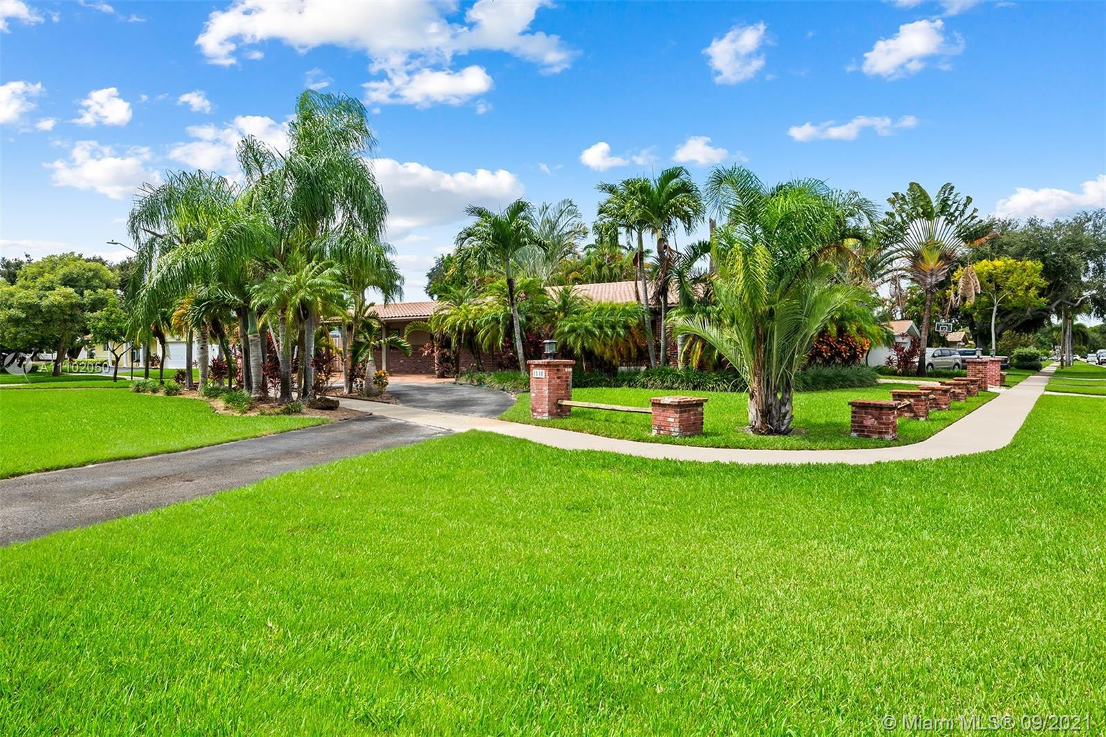 Spacious and private Hollywood Hills oasis! This beautiful 3 bedroom / 2 bathroom Hollywood Hills ho