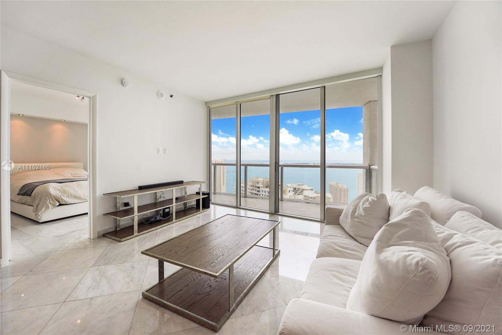 """Amazing price in the highly desired """"07"""". Breathtaking views from this impeccable 2 bedrooms + den/"""