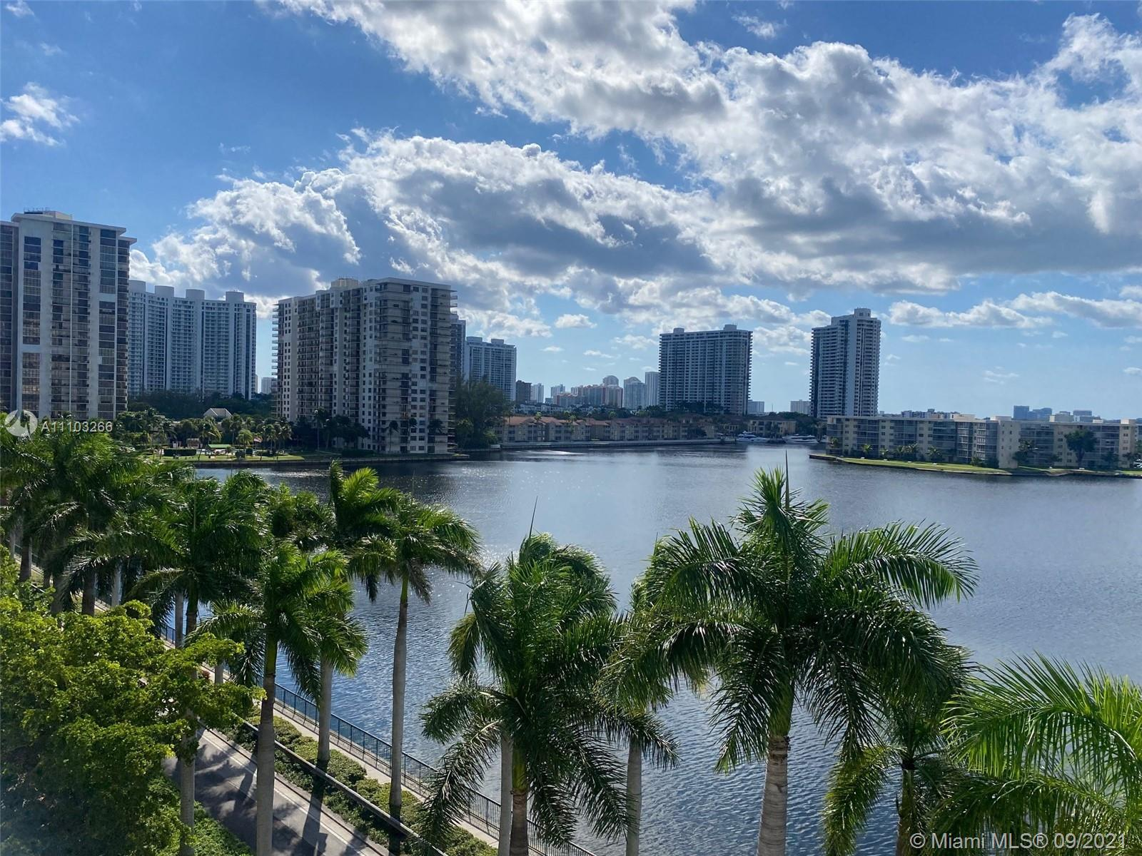Amazing LAKEVIEW from this beautiful 2 beds + Den/2 baths furnished renovated corner unit!  This wra