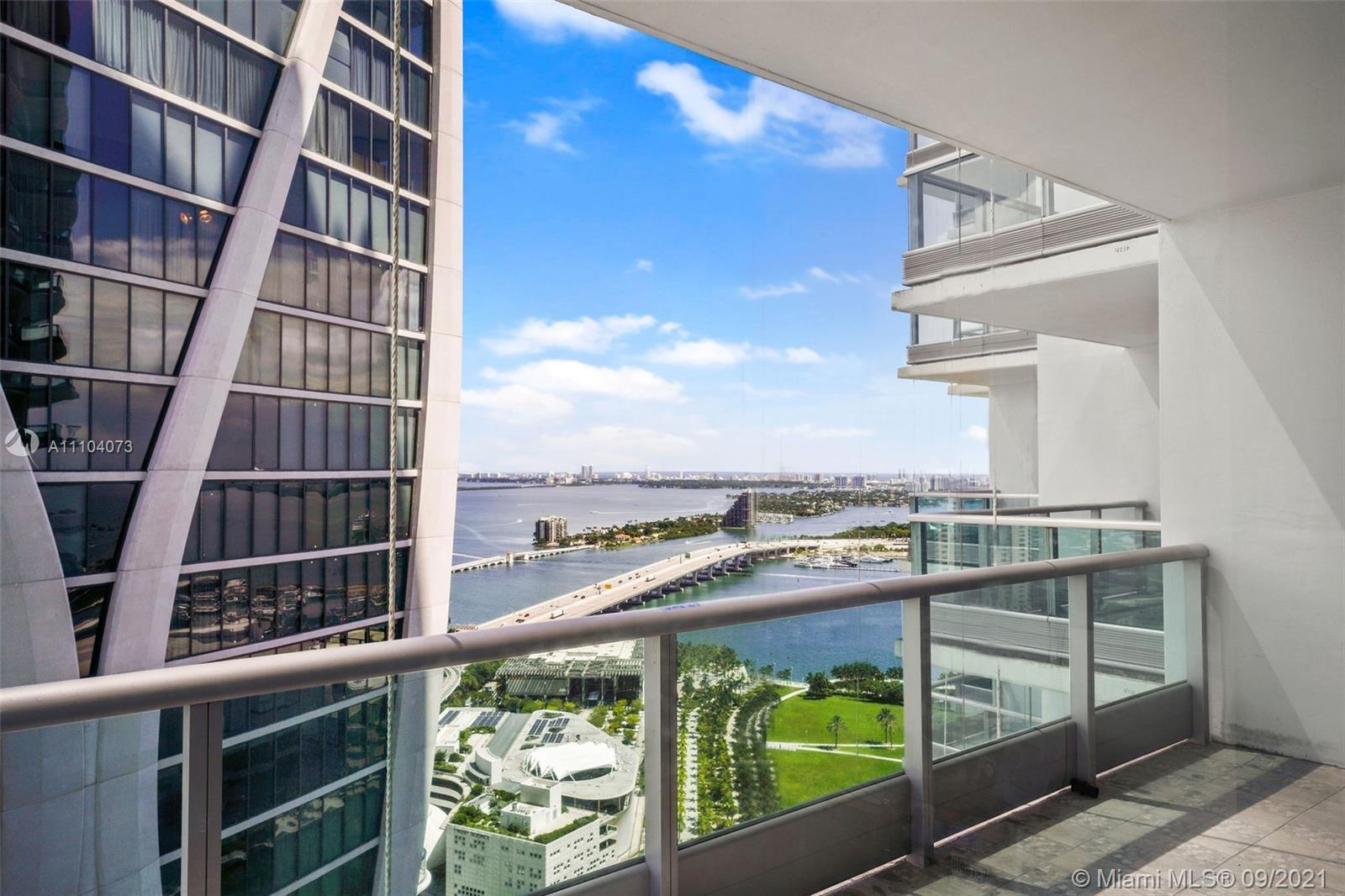 This decorator fully furnished condo in 900 Biscayne Blvd - one of the best buildings in Miami and t