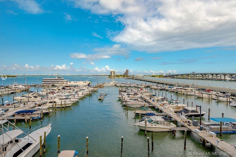 Nice studio with balcony offering  spectacular views of Biscayne Bay!!!!! Unit has a walk in closet,