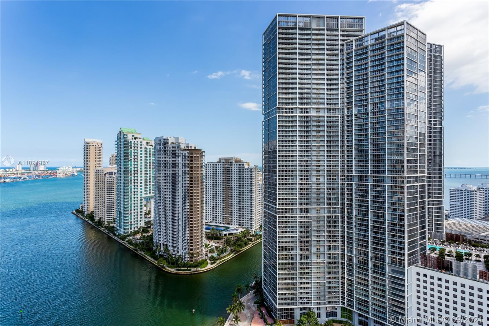 2 beds+den,2 baths. A precious unit with east-south views of the Biscayne bay and lightning city. EP