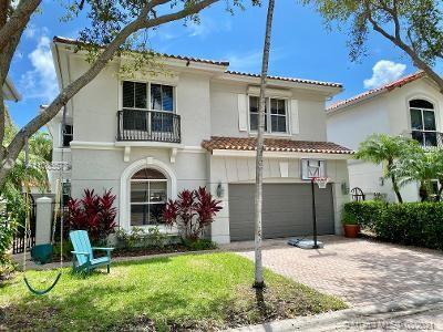 Beautiful 5 beds/3 full baths home in the GATED community of Harbor Islands. 1st.floor w/new porcela