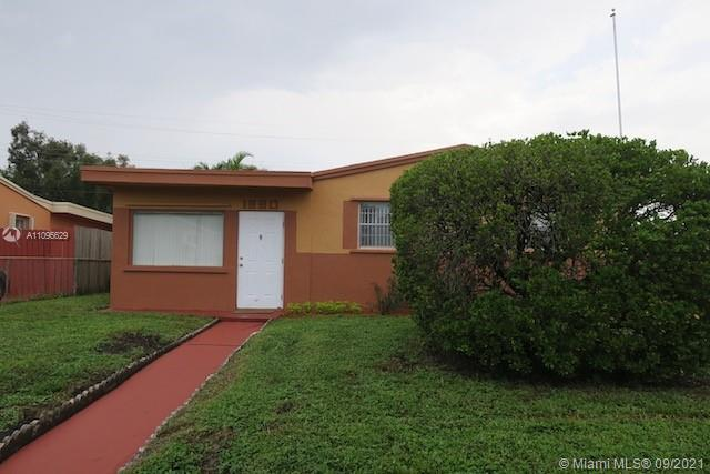 Fully remodeled 4 Bedrooms, 2 full Bathroom home, miles from beautiful Hollywood Beach. Enjoy a bran