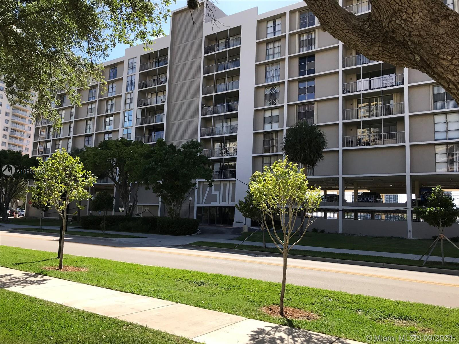 Bay front building 1 block from the beach. 1 bedroom and 1.5 baths. Eat in kitchen, tile throughout