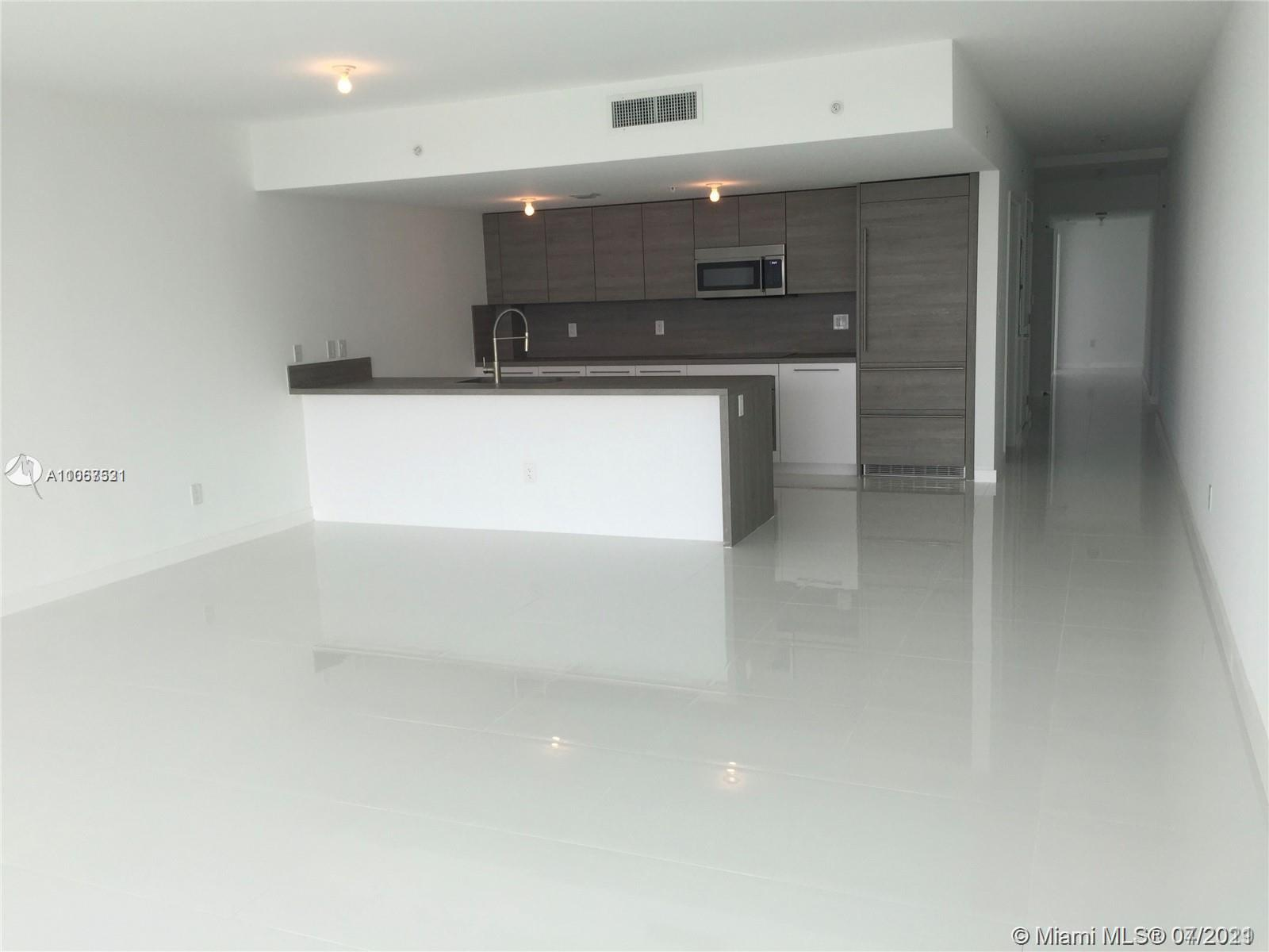 Come see this luxurious 3/2.5 unit right on the bay! Fantastic location just minutes from entertainm
