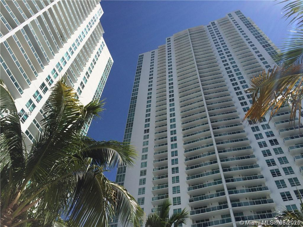 Great corner Unit 1 bed 1 bath with wonderful layout, with very good location, close to principals b