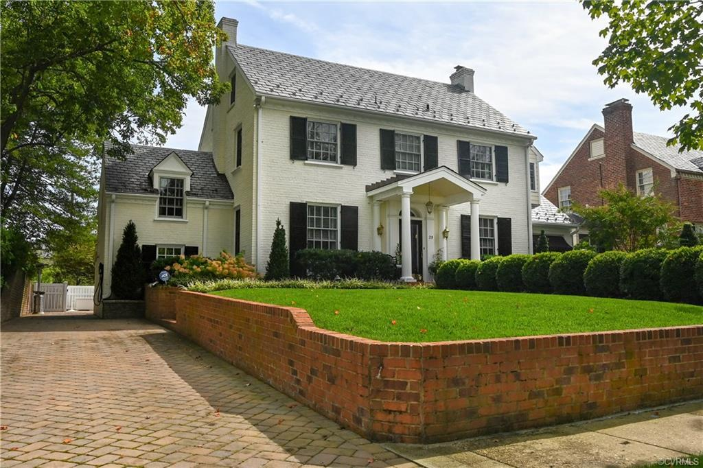 Classic house in Elderslie Place with excellent curb appeal! Formal and casual living and dining roo