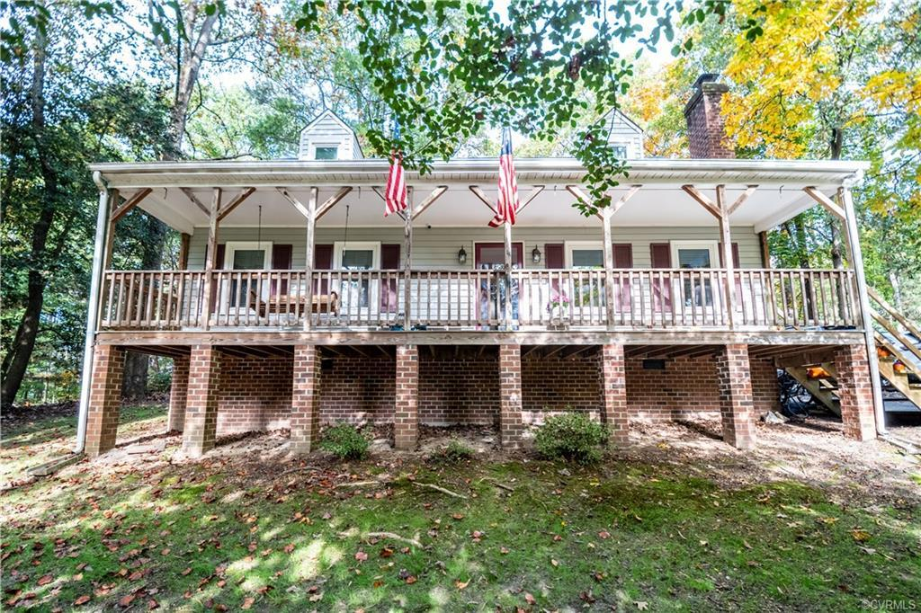 A full front porch with a great view of a peaceful Mechanicsville cul-de-sac awaits you! This attrac