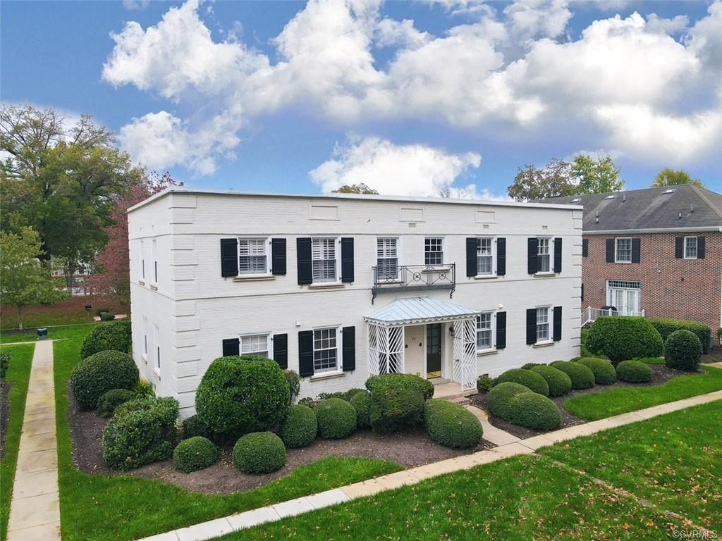 Welcome to this lovely 1 bed 1.5 bath condo in the sought out area of Grove and Cary!  This condo ha