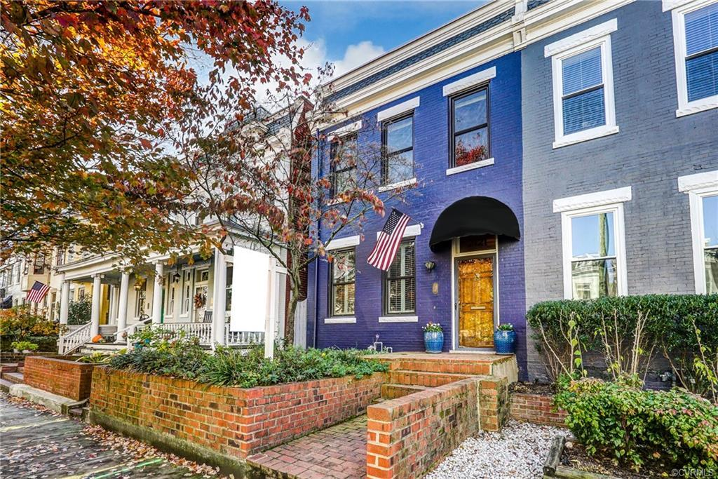 Really pretty home on a really pretty block in the heart of the historic Fan District. This classic
