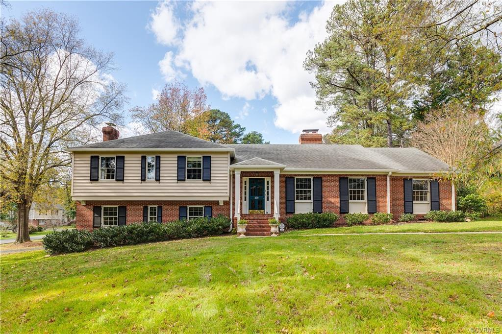 Stunning tri-level in highly desirable Sleepy Hollow neighborhood! Entertainment friendly layout -