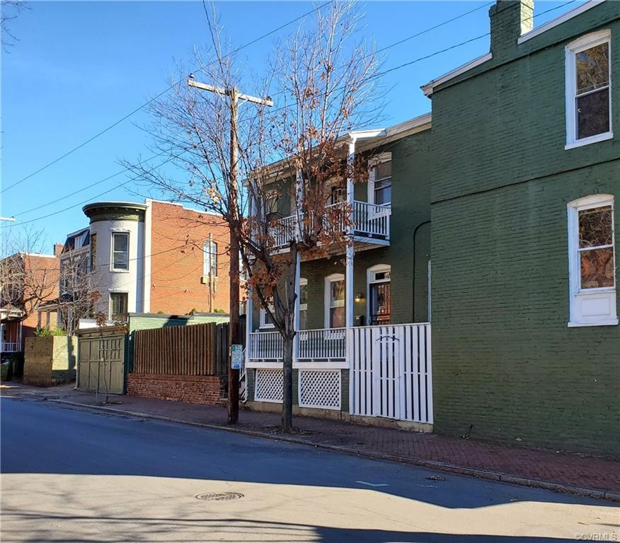 LOCATION, LOCATION, LOCATION!  If you want to be at the center of it all in Richmond, this move in r
