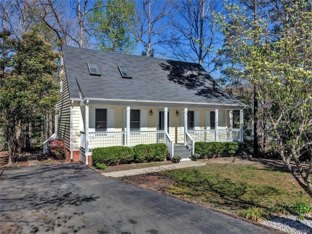 CHARMING CAPE ON PRIVATE CUL-DE-SAC LOT IN BRANDERMILL! Fall in love with this move-in ready home fe