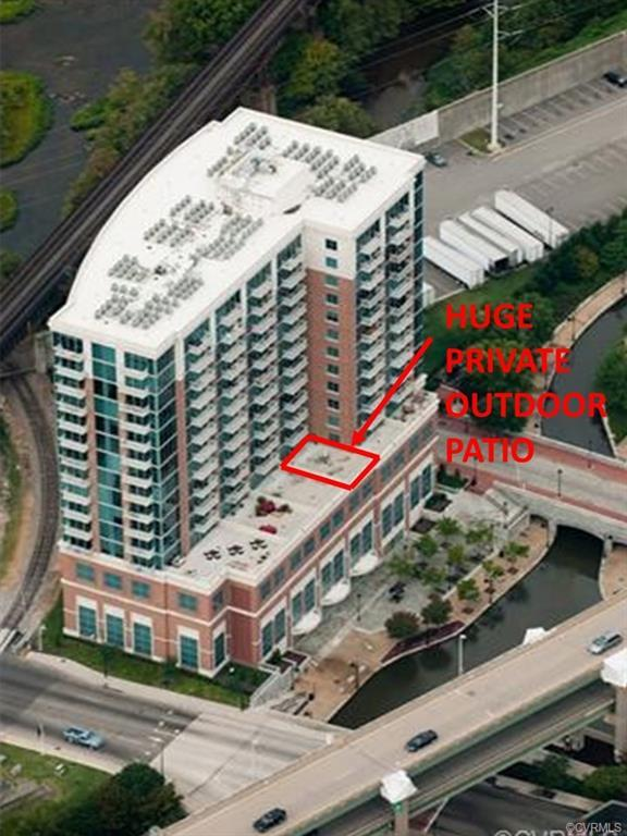 Have you wanted to live in a downtown loft condo but don't want to give up outdoor space? This condo