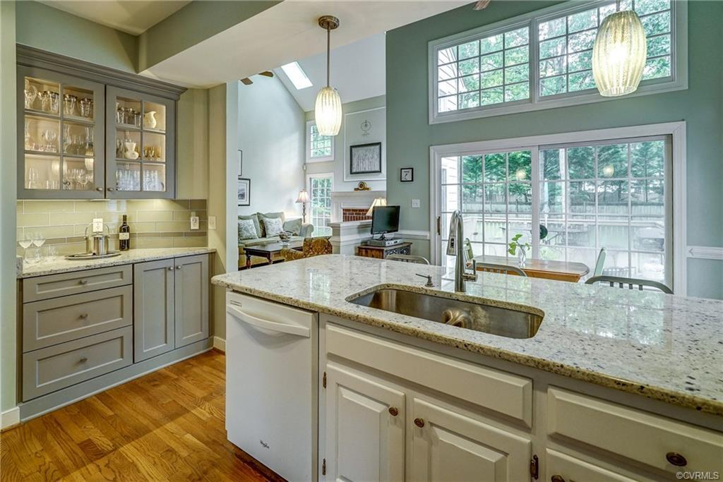 ONLY OWNERS! GORGEOUS Eat-in Kitchen with Granite Counter tops, Chair Rail, Ceiling Fan with Lights