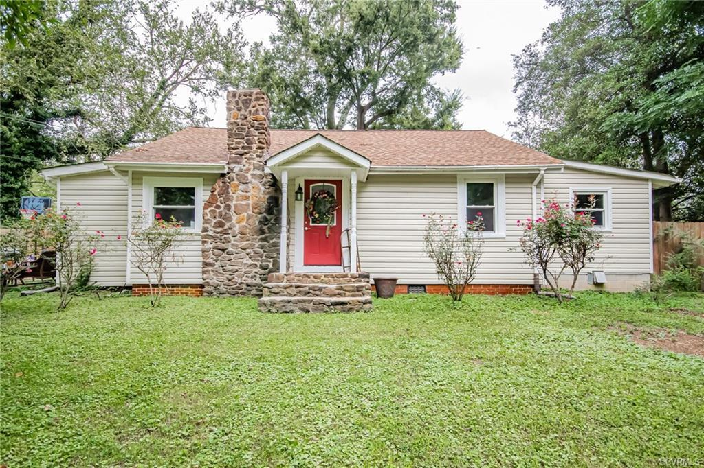 CHARMING 3 BEDROOM 2 BATH COTTAGE HOME in Chesterfield County is ready for new owners! Step right in