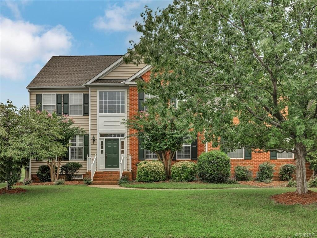 Beautiful Wyndham home located right on the golf course!  This great floor plan suits today's buyer