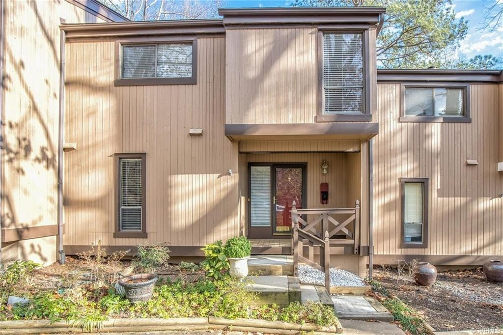 This delightful townhouse in popular Edgehill features a dramatic, two-story family room with firepl