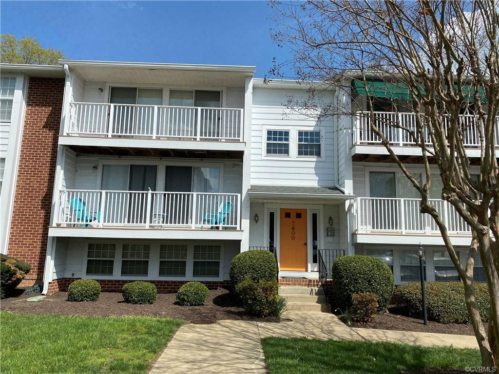 Delayed showings until Friday 16th April. Conveniently located in Henrico county an updated condo ne