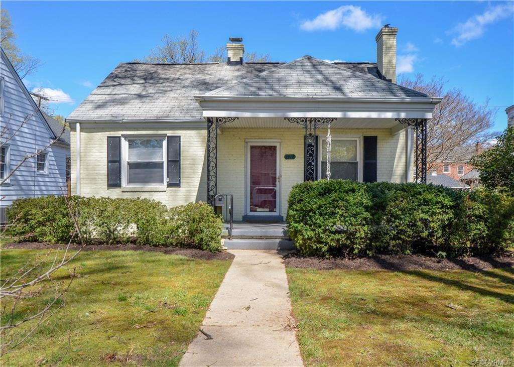 Looking for a sweet cottage to call your own?  This northside cutie is what you've been waiting for!