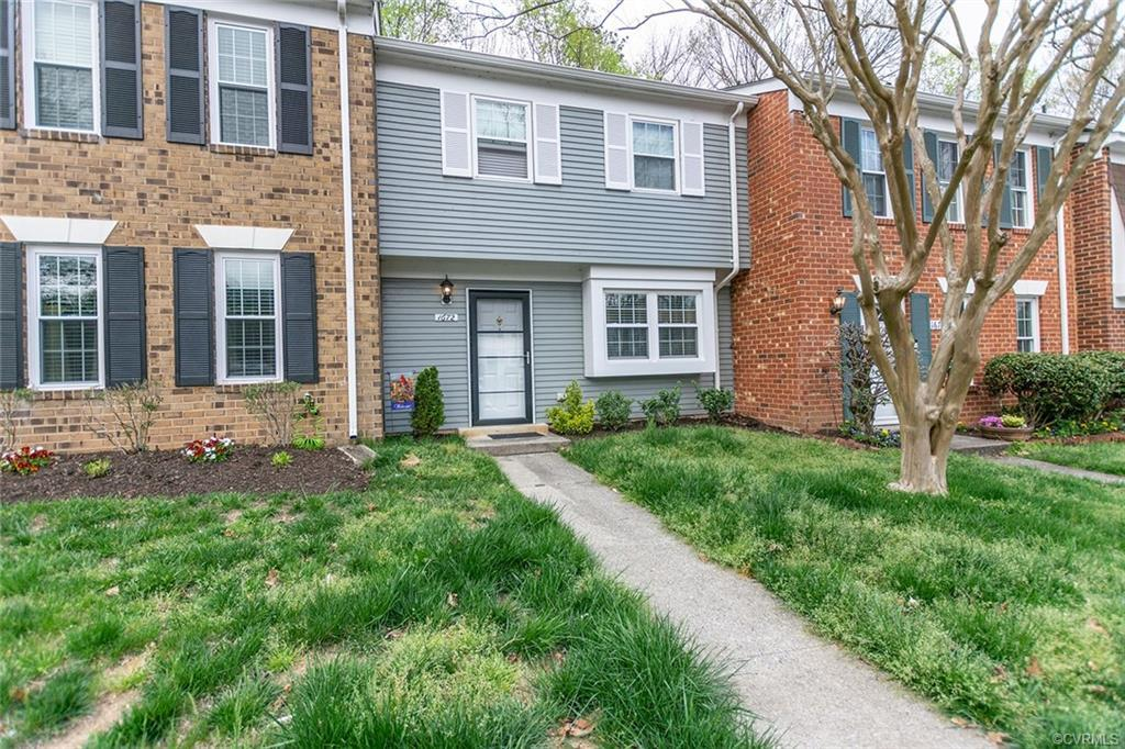 This Heritage Hill Raintree 2 bedroom, 2 bath, 2 level condo is in excellent condition. This is a ma