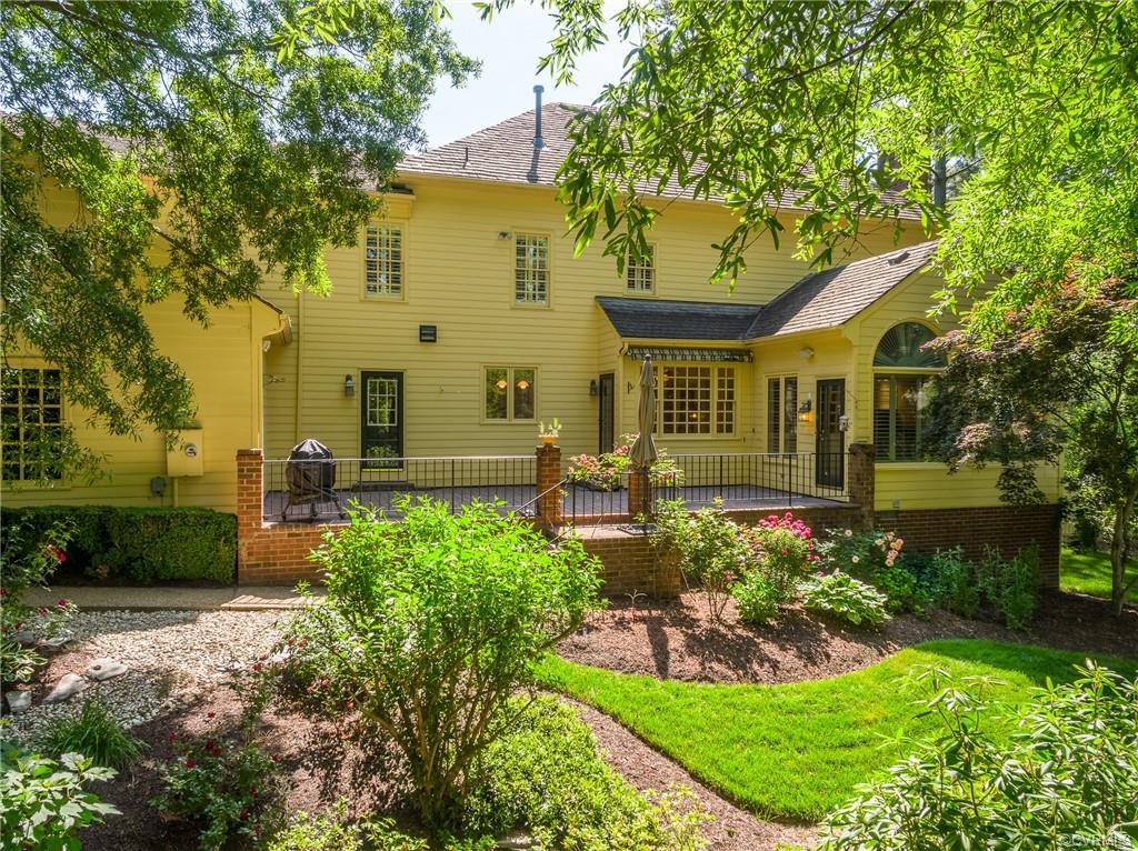 Beautifully renovated residence on a fenced private lot in Windsor on the James!  Three sides brick,