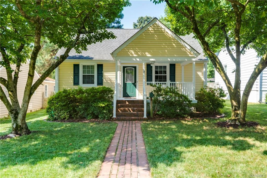 Welcome to your storybook cape cod cottage WITH A POOL in a fabulous convenient location. Pull up to