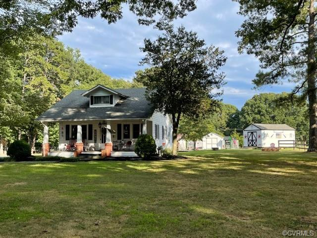 Picture perfect, adorable country farmhouse with gorgeous lawn and grounds, not in a subdivision, zo
