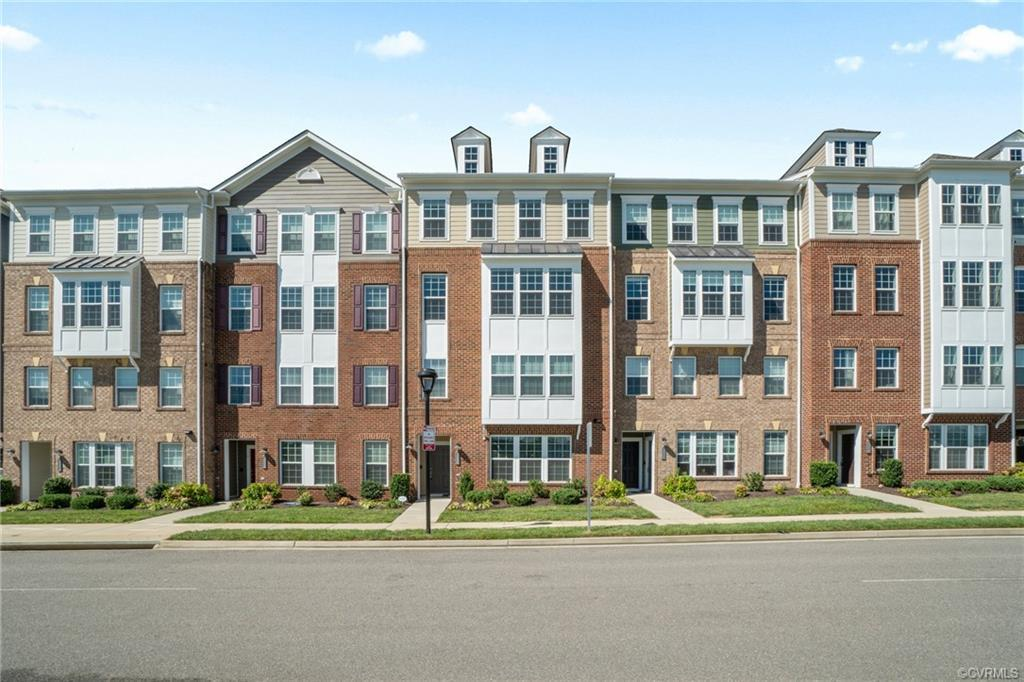 Pristine, maintenance-free condo in the Saunders Station community! The main level features 9 ft cei