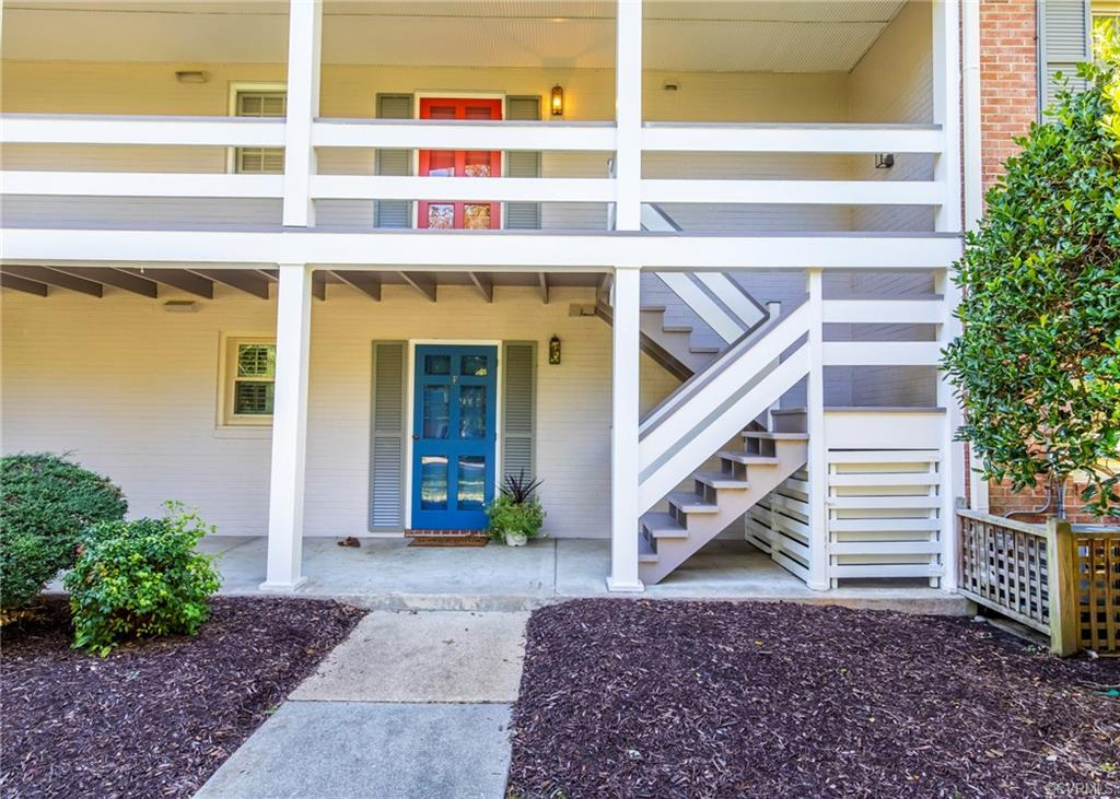 Affordability in the RIVER RD CORRIDOR.. This one BR one BTH Charming Cozy Condo has hardwood floors